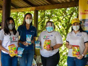La montaña de Izopo recibe una donación de 3,000 vasos de leche Ceteco